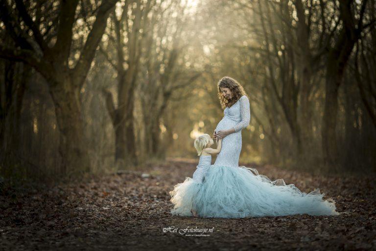 Zwangerschapsshoot mama en dochter in het bos