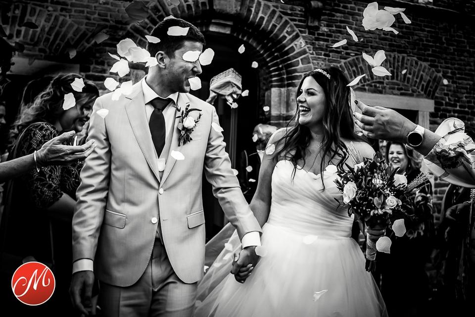 bruidsfotografie awardwinnende fotograaf bruiloft kerk ceremonie confetti