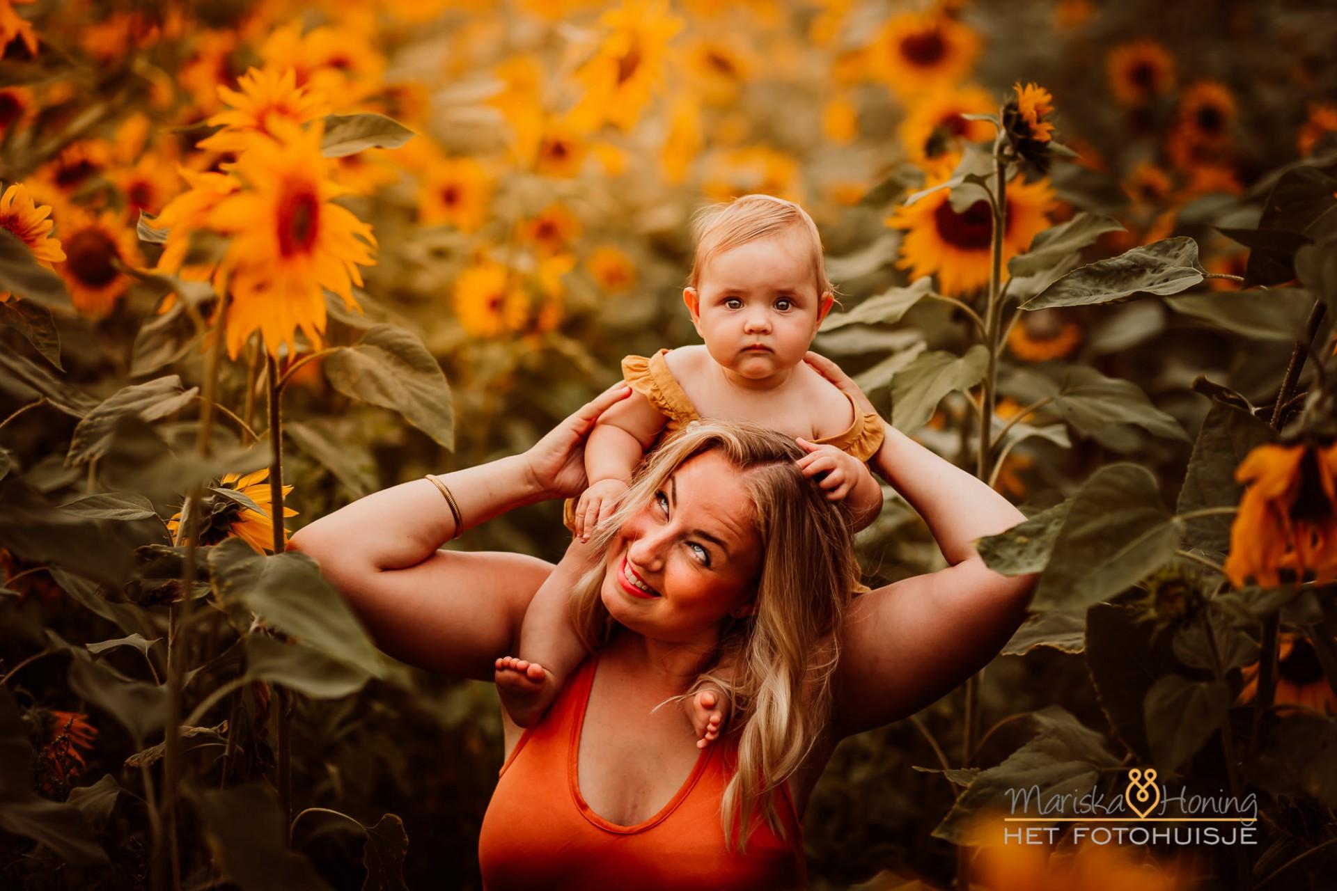 Mommy me shoot tussen de zonnebloemen